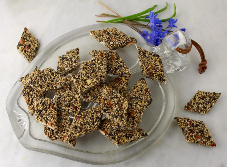 Sesamsnack med chiafrø, mandler og lakridspulver - Vegansk opskrift - Mad med glød