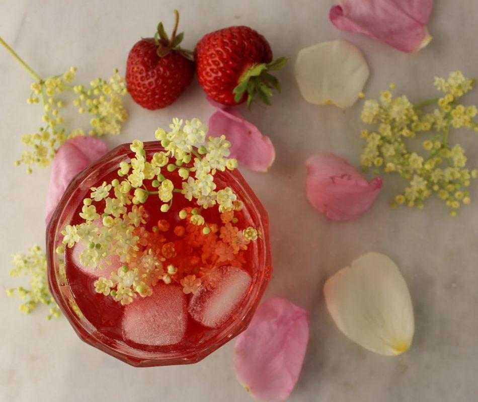 Hyldeblomstsaft med rosenblade, jordbær, citroner og æblesaft - Mad med glød