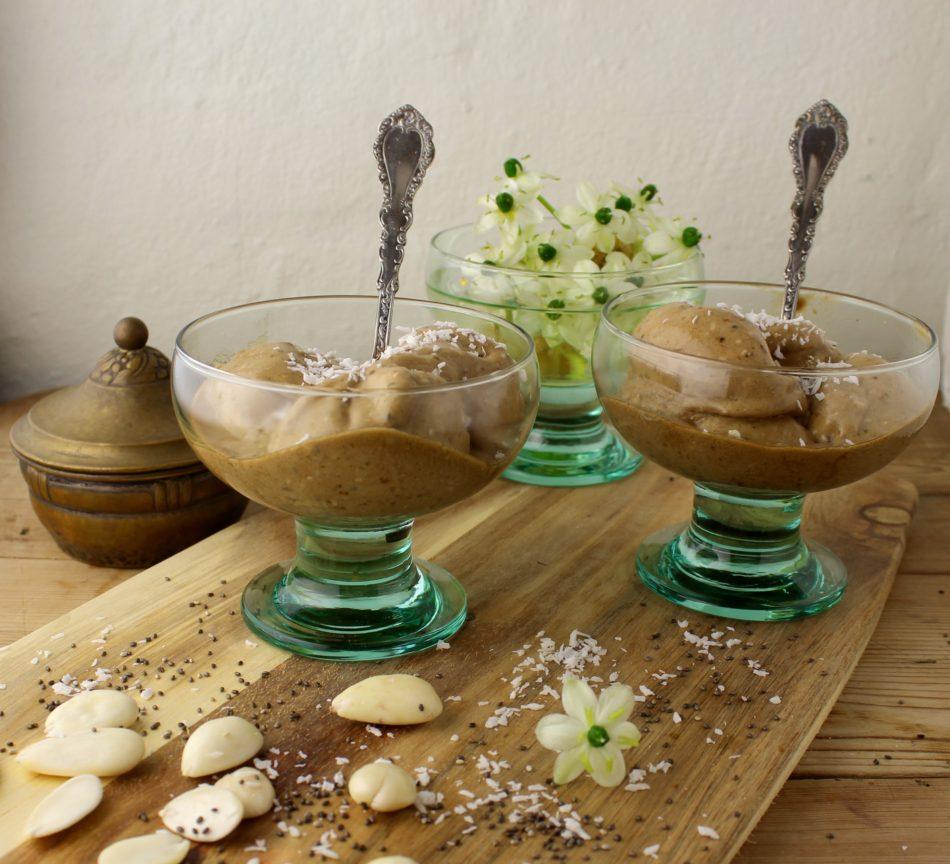 Nicecream med kaffe, chia og mandler - Vegansk opskrift - Mad med glød
