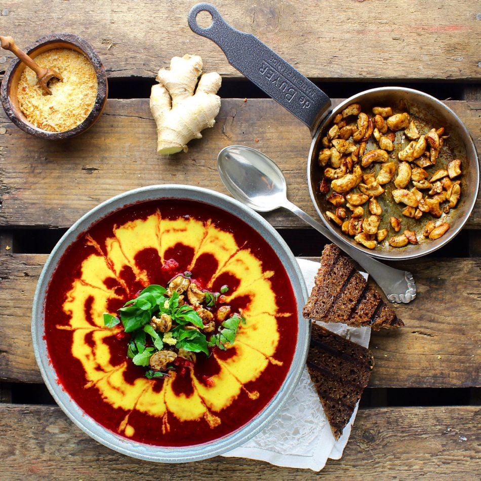 Rødbedesuppe med ingefær, gurkemeje, kanel, spidskommen og koriander - Vegansk opskrift - Mad med glød