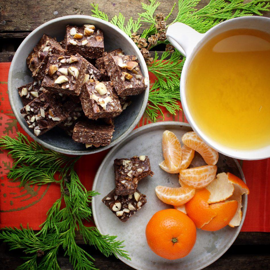 Hasselnøddebidder med mørk chokolade, dadler og chiafrø - Vegansk opskrift - Mad med glød