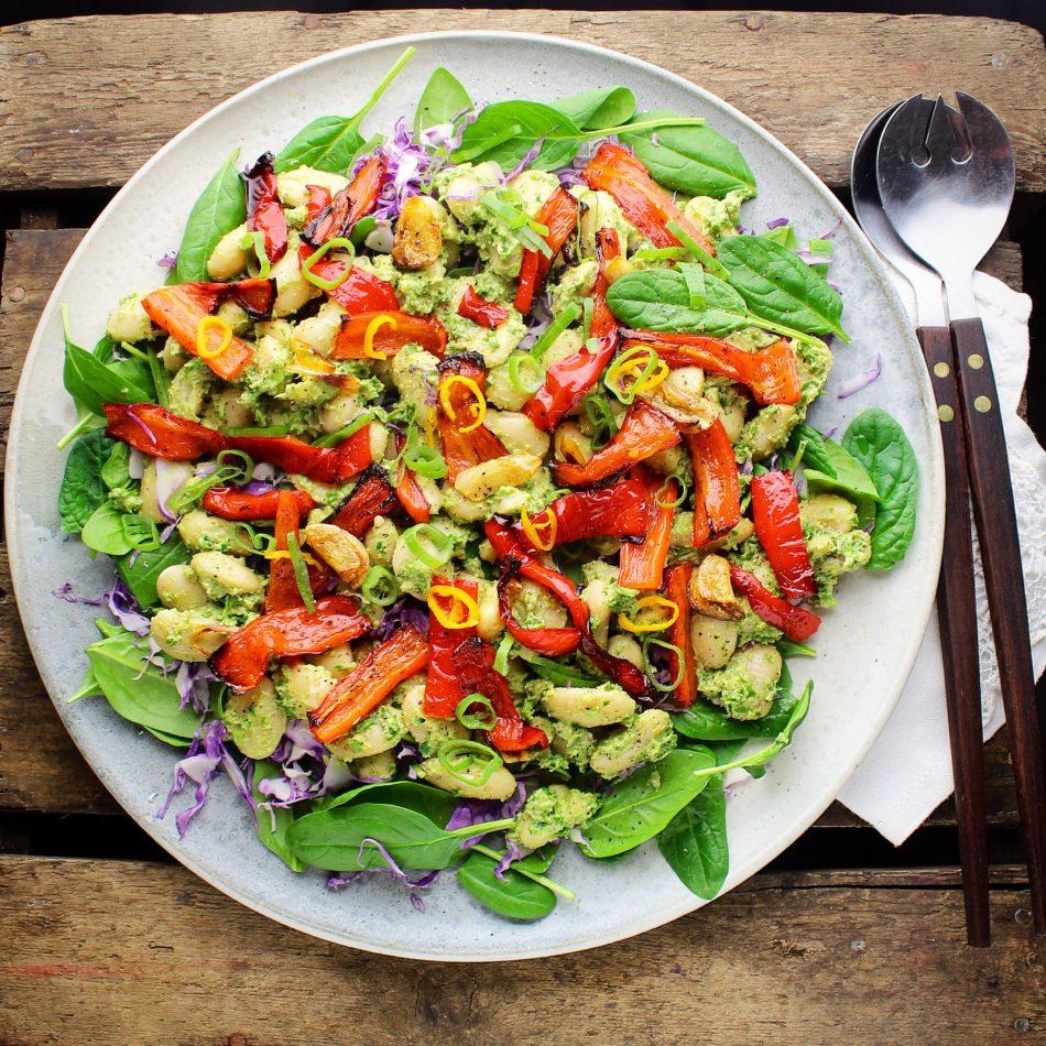 Bønnesalat med butterbeans, avocadocreme, bagte snackpebre og spinat - Vegansk opskrift - Mad med glød