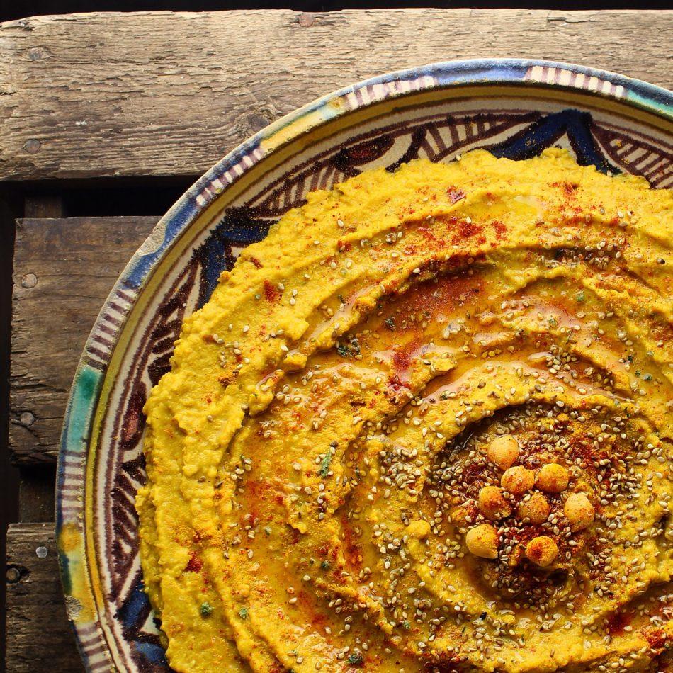 Humus med karry, spidskommen, gurkemeje og soltørrede tomater - Vegansk opskrift - Mad med glød