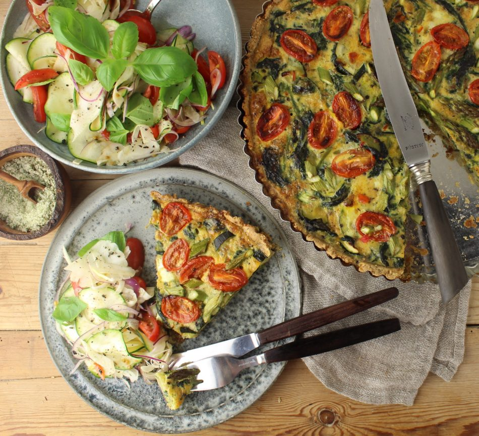Sommertærte med spinat, squash, tomater og asparges og salat af fennikel, squash, tomater og basilikum - Vegansk opskrift - Mad med glød