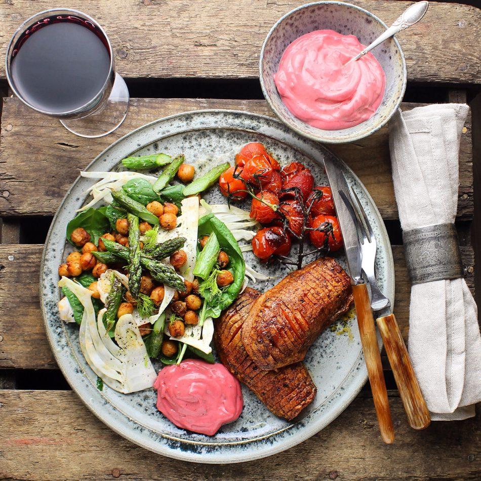 Bagte søde kartofler med aioli og spinatsalat med stegte kikærter, knoldfennikel og asparges - Vegansk opskrift - Mad med glød