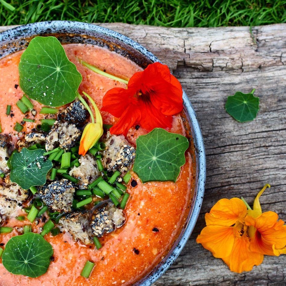 Vandmelonsuppe med tomat, rød peber, chili og andet godt - Vegansk opskrift - Mad med glød
