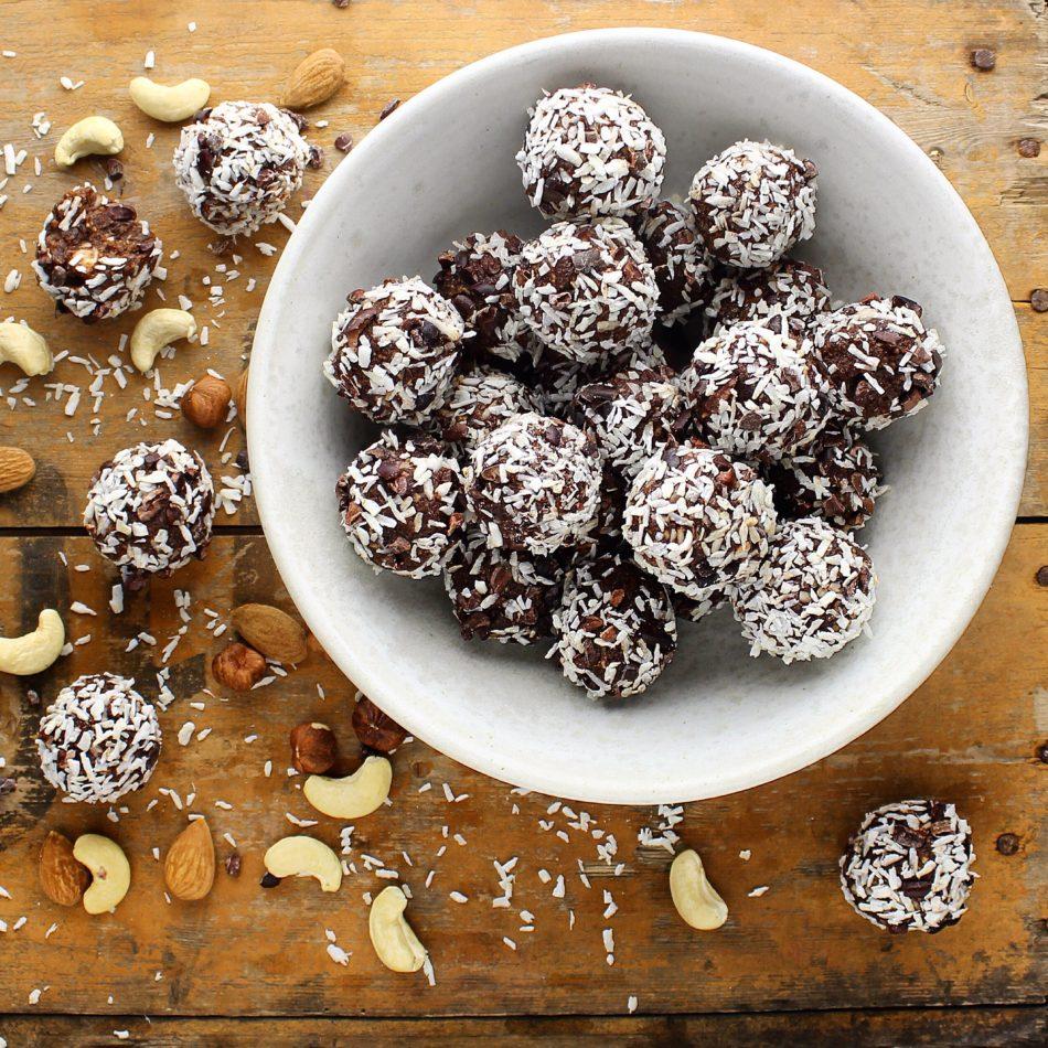 Konfektkugler med knasende kakaonibs - Plantebaseret / Vegansk opskrift - Mad med glød