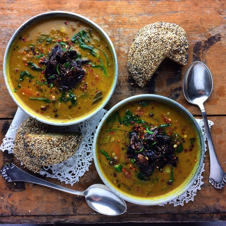 Rustik grønsagssuppe med belugalinser og stegt Söl - Plantebaseret / Vegansk opskrift - Mad med glød
