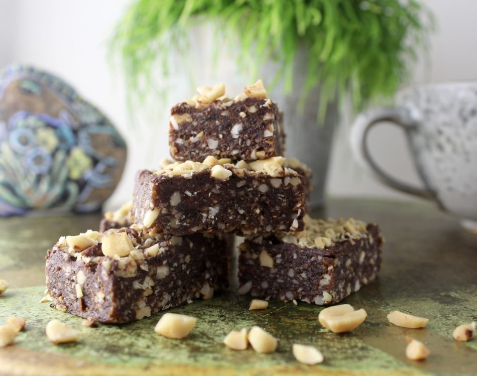 Bites med tørret frugt, mandler og saltede peanuts - Plantebaseret / Vegansk opskrift - Mad med glød