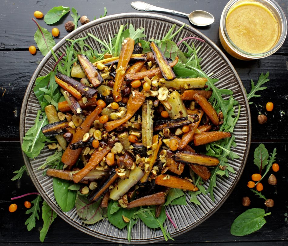 Vintersalat med flerfarvede gulerødder og havtornvinaigrette - Plantebaseret / Vegansk opskrift - Mad med glød