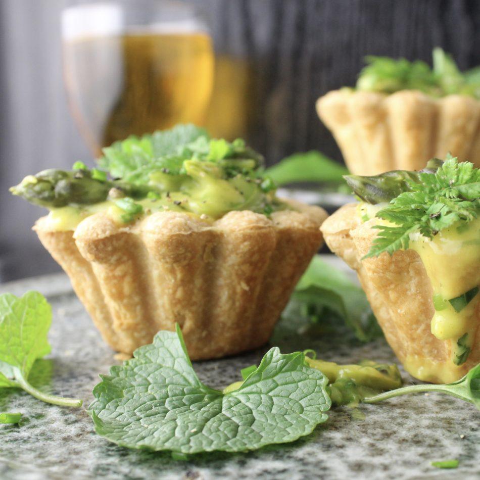 Tarteletter med grønne asparges, ramsløg, sødskærm og løgkarse - Mad med glød