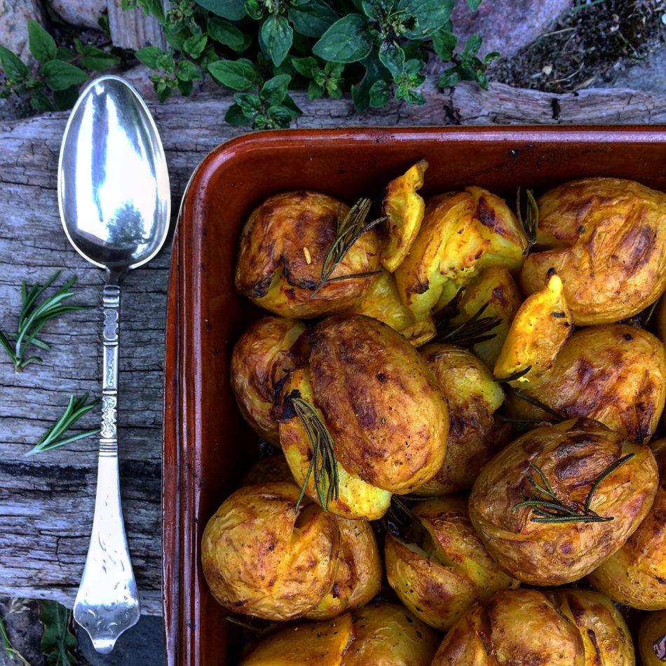 Smashed potatoes med gurkemeje, citron og rosmarin - Plantebaseret / Vegansk opskrift - Mad med glød