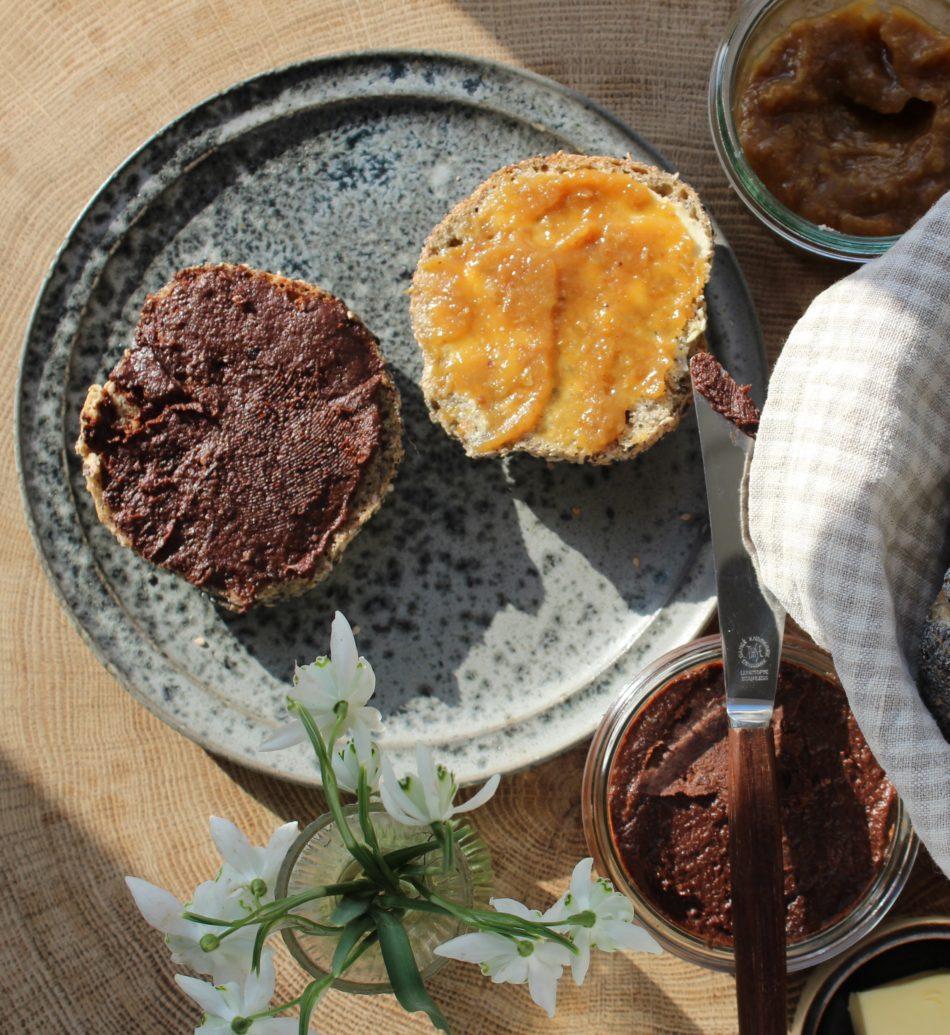 Sveskepålæg m/mandler og kakao - Mad med glød