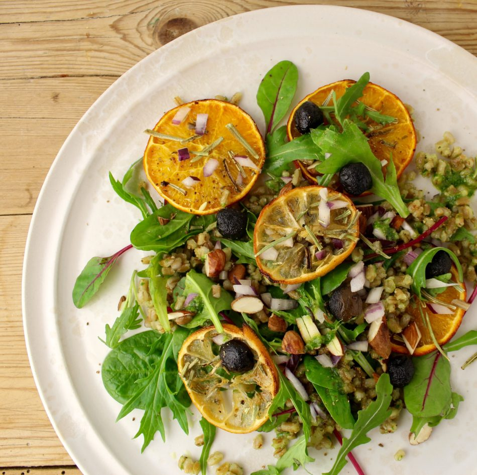 Blandet grøn salat med rugperler i ramsløgpesto og rosmarinbagte appelsinskiver - Vegansk opskrift - Mad med glød