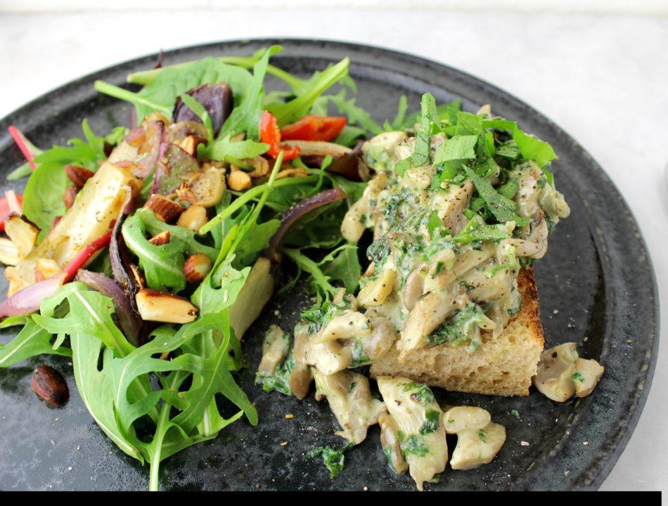 Flødestuvede østershatte m/brændenælde og ramsløg og grøn salat m/bagte grønsager - Mad med glød