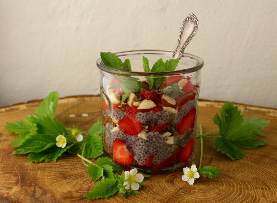 Kold chiagrød med friske jordbær, mandler og mynte - Vegansk opskrift - Mad med glød