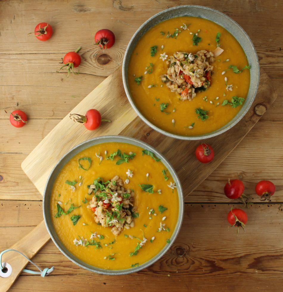 Orange, varmende suppe med topping af perlebyg, hyben, grønkål og chili - Vegansk opskrift - Mad med glød