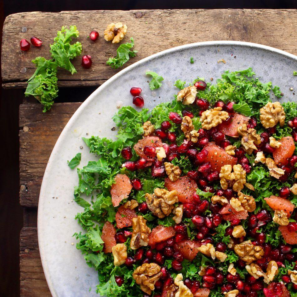 Grønkålssalat med pink grape, granatæblekerner og valnødder - Vegansk opskrift - Mad med glød