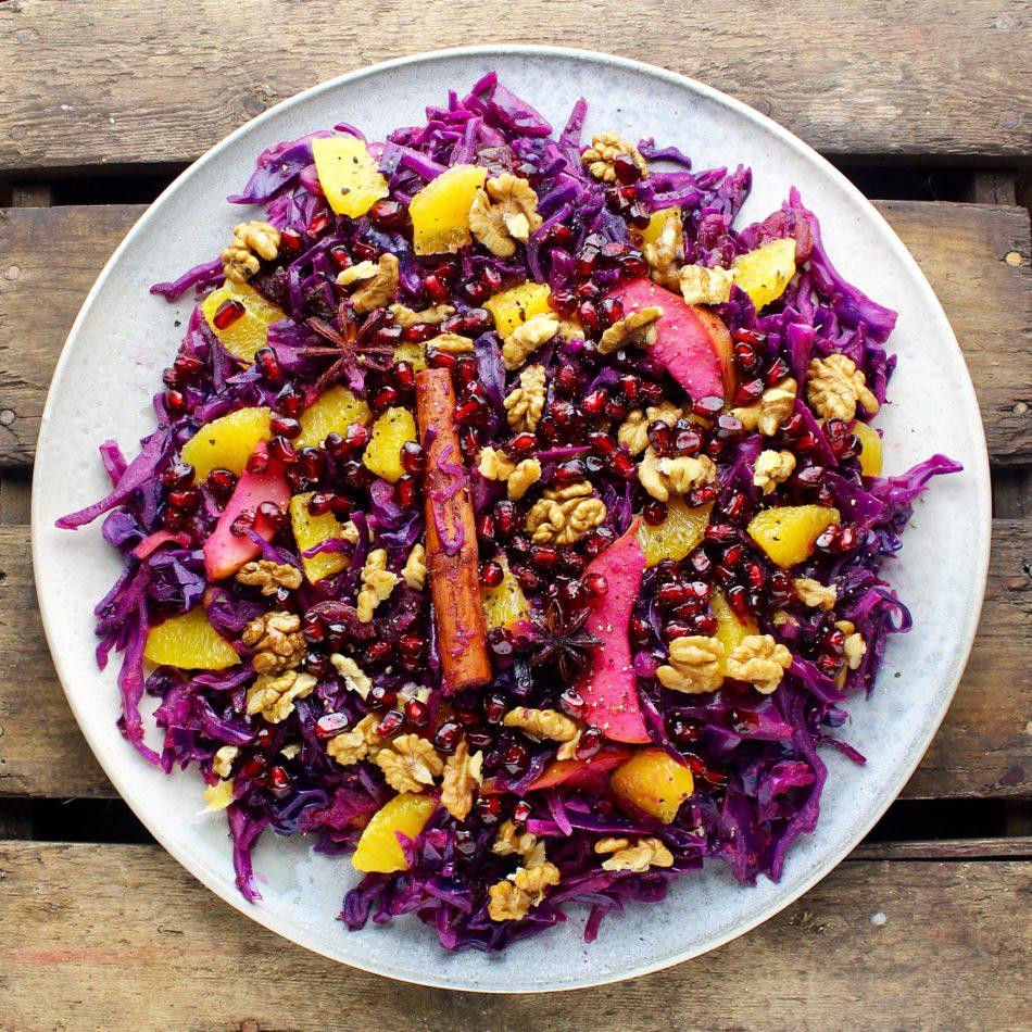 Varm krydret rødkålssalat med appelsin, æble, granatæblekerner og valnødder - Vegansk opskrift - Mad med glød