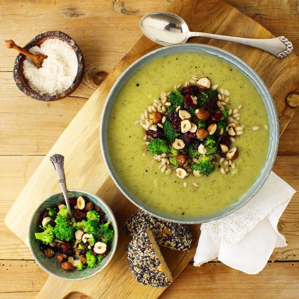 Broccolisuppe med tranebær og hasselnøddetopping - Vegansk opskrift - Mad med glød