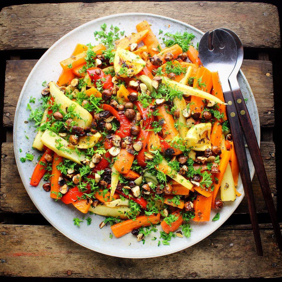 Blandede bagte rodfrugter med citrontimian, tørristede hasselnødder og persille - Vegansk opskrift - Mad med glød