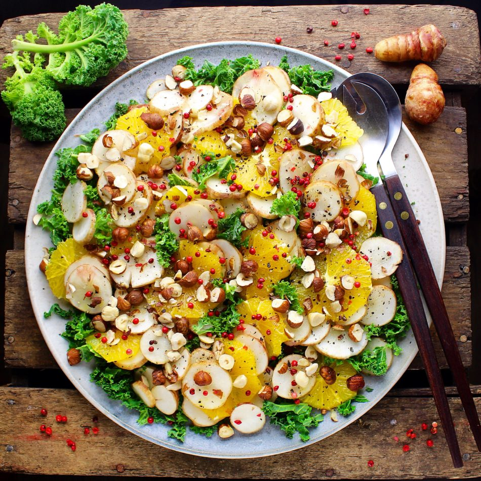 Jordskokkesalat med grønkål, appelsin og hasselnødder - Vegansk opskrift - Mad med glød