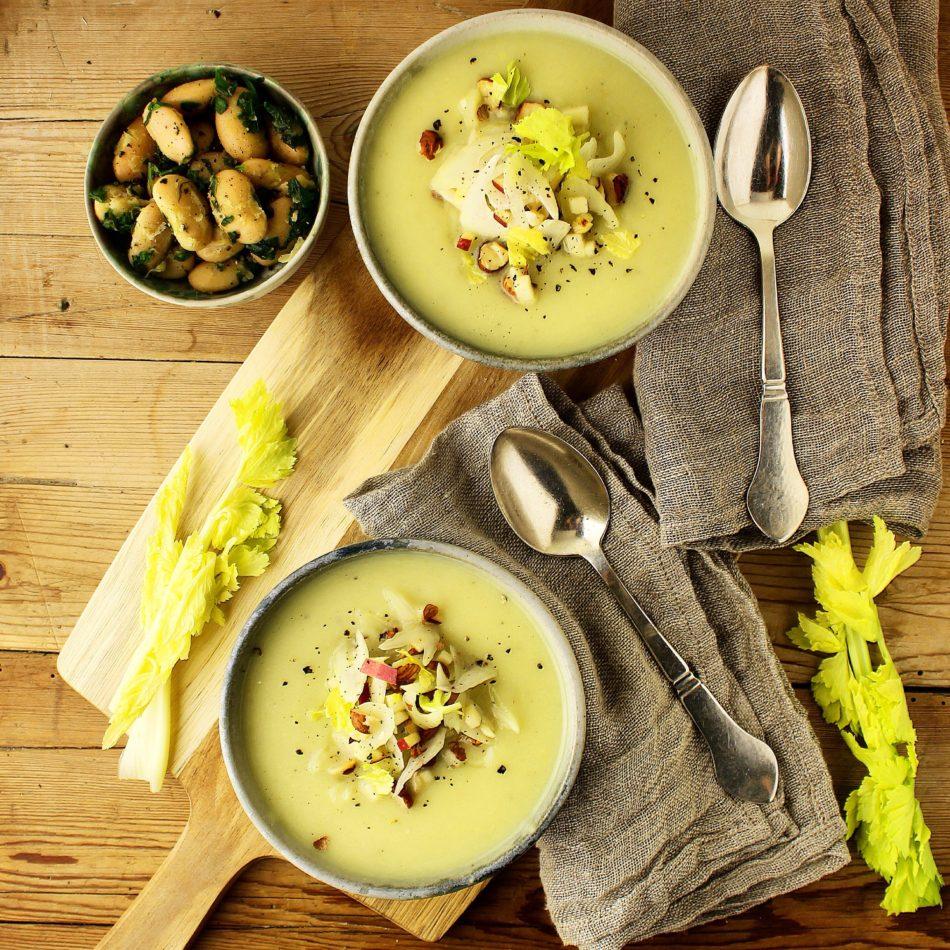 Sellerisuppe med bladselleri, hasselnødde og æble topping - Vegansk opskrift - Mad med glød