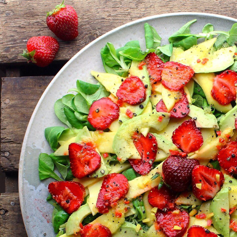 Mangosalat med avocado, jordbær og ingefær/citron dressing - Vegansk opskrift - Mad med glød