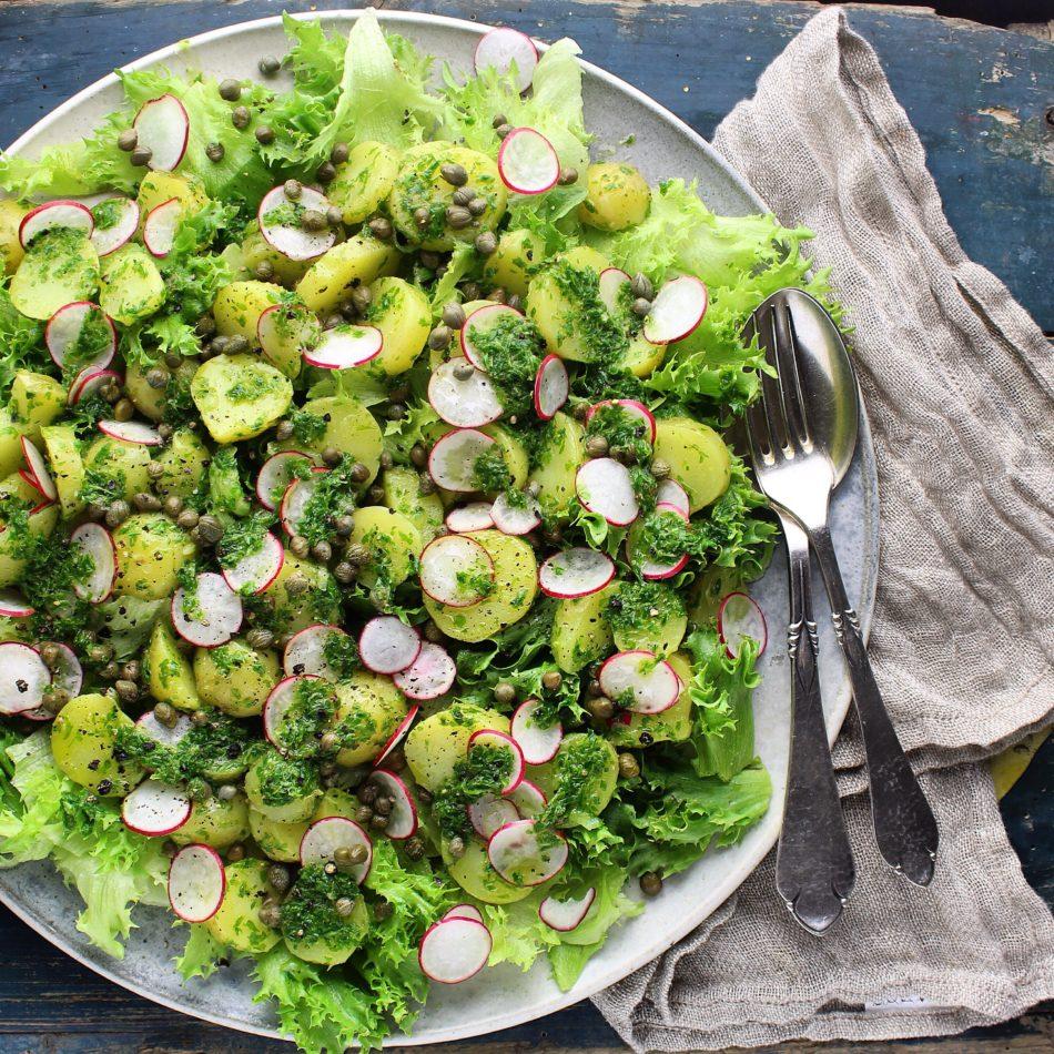 Kartoffelsalat med persille, kapers og radiser - Plantebaseret / Vegansk opskrift - Mad med glød