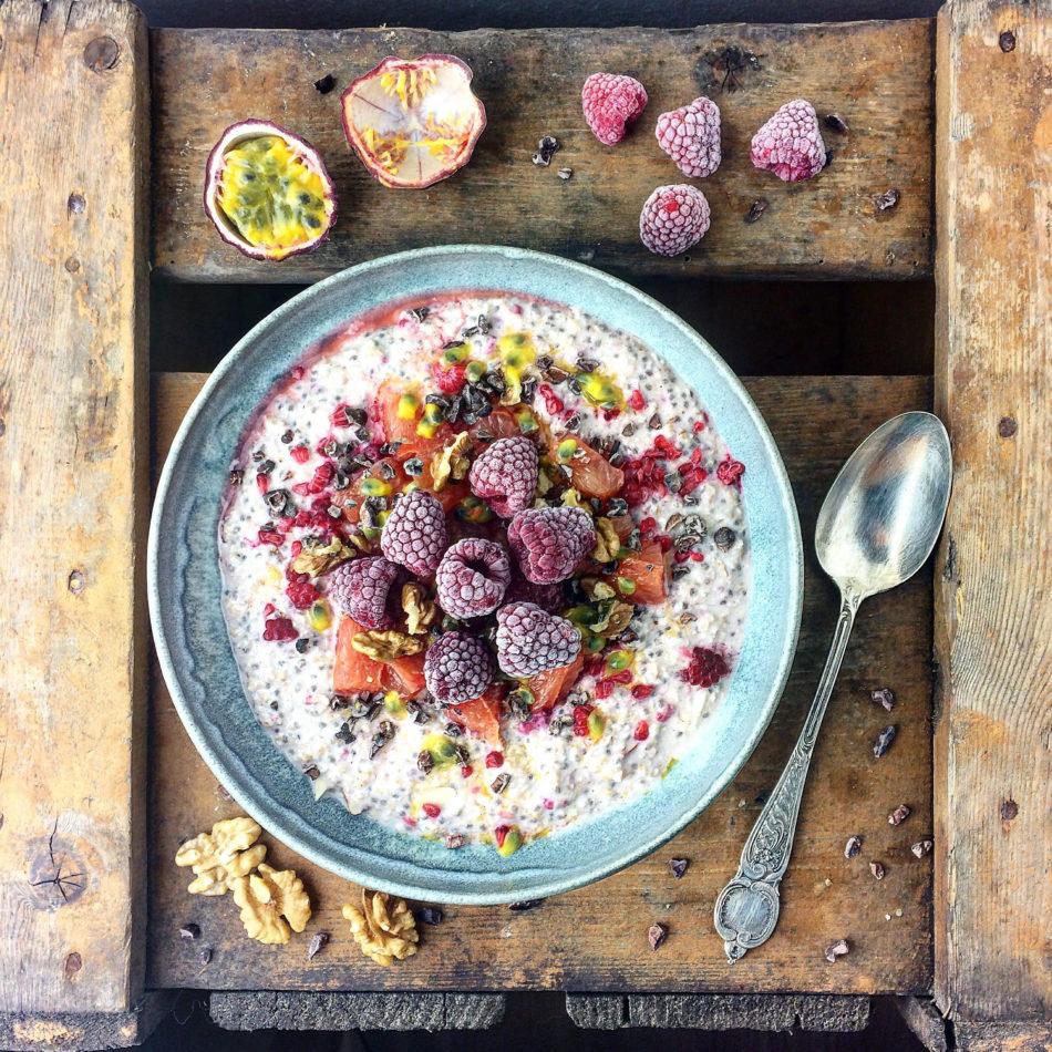 Iblødsatte havregryn med hindbær, passionsfrugt og pink grape - Plantebaseret / Vegansk opskrift - Mad med glød