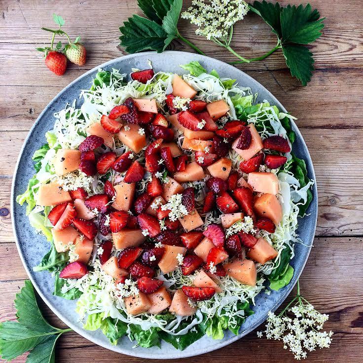 Jordbær, melon salat med spidskål og hyldeblomstdressing - Plantebaseret / Vegansk opskrift - Mad med glød